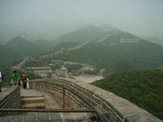 万里の長城の中の八達嶺の男坂から見た女坂方面