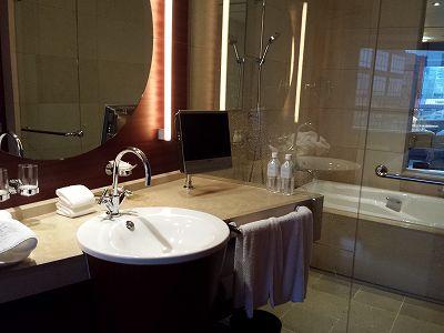 ホテルの洗面所と風呂、テレビがあります